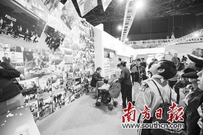 成果展上,一面巨大的照片墙吸引很多观众驻足观看,照片展示了公安民警侦查办案、打击犯罪及训练场景。 南方日报记者 肖雄 摄