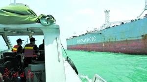▲案发当日,广州海关在海上追击并查缉涉案油船。