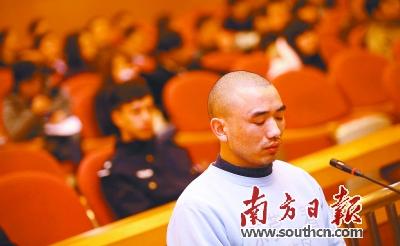 2012年2月9日,卢德坤在东莞中院接受庭审。资料图片