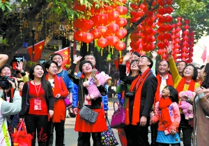 友好人家与花城人家一起逛花市(资料图片)。 广州日报记者黎旭阳 摄