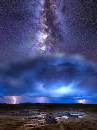 摄影师拍银河与风暴同框一幕震撼美景