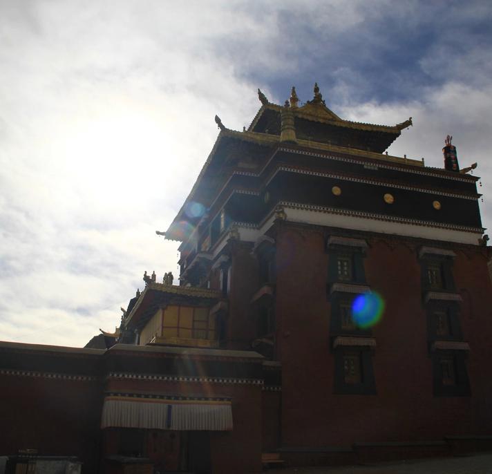 @纳兰小鱼:走一圈将近一个小时 西藏这座寺庙真土豪