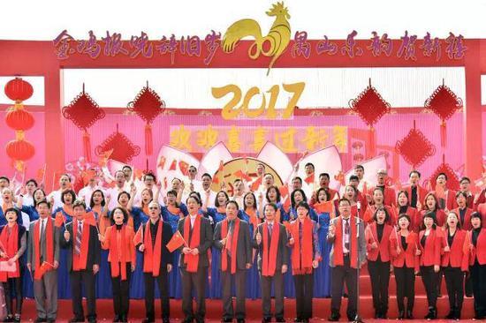 领导嘉宾与全场群众一起高歌《歌唱祖国》