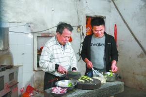 黎日生回到家乡,与生父一起下厨房做饭。