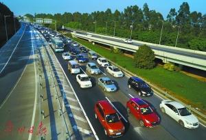 昨日大年初六下午,大广高速北往南入城方向车流密集,由南向北则车辆较少。广州日报全媒体记者莫伟浓、苏俊杰 摄