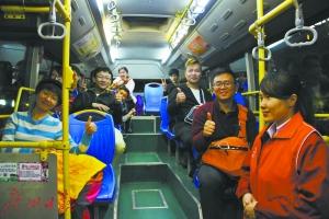 深夜在南站下车,可以坐密集的夜班公交回家。对此,不少旅客竖起大拇指点赞。