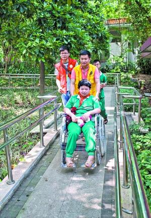 残障孩子在志愿者的陪伴下游览爱心公园。广报记者庄小龙摄