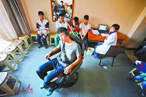 参加复选的学生正在进行电转椅测试。