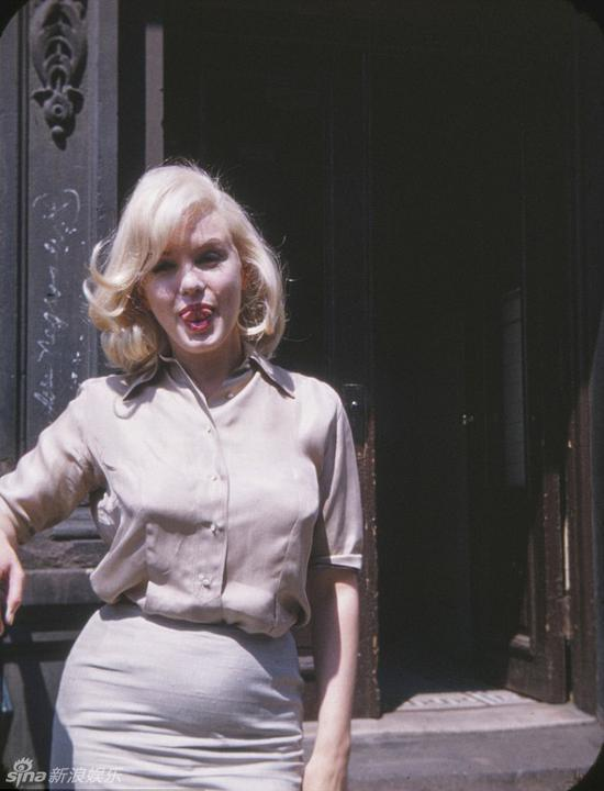 新浪娱乐讯 近日,英国《每日邮报》刊出梦露在1960年7月时于纽约片场拍下的彩色照片,且照片还是她大腹便便的孕照。