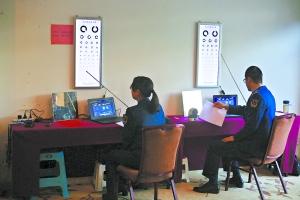 参加复选的学生要进行视力的C字表测试。