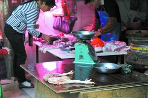 冼村临时市场上还有人摆摊售卖光鸡。