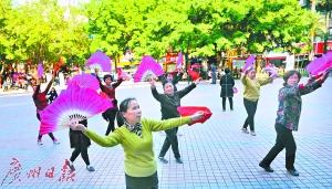 富裕后的南岭村村民在跳广场舞。