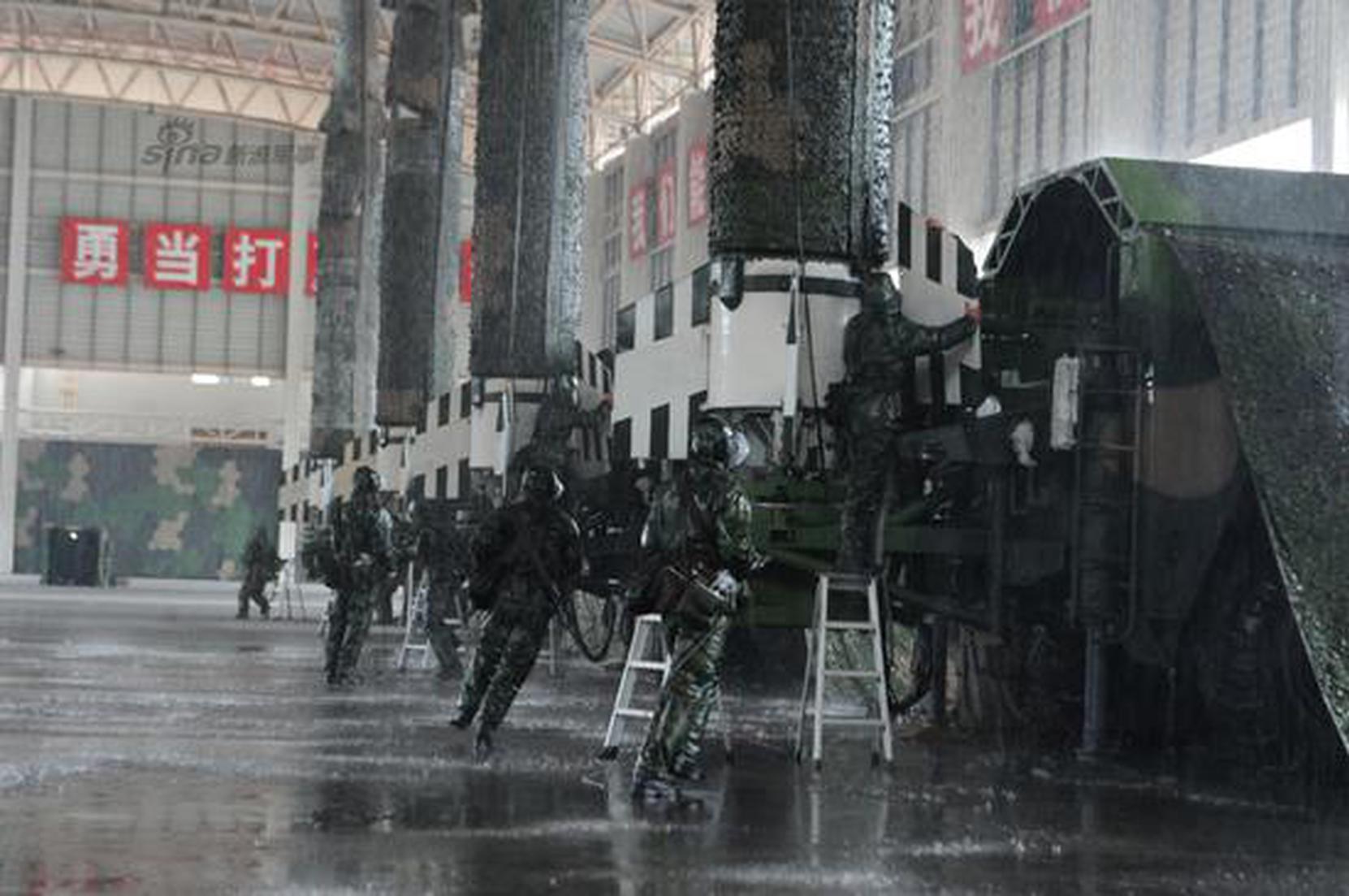 解放军拟雨中发射东风15B