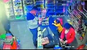 犯罪嫌疑人在超市外被抓获。(视频截图)