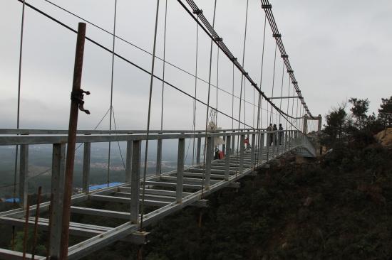 清远市牛鱼嘴原始生态风景区的玻璃桥现正争分夺秒地进行最后的施工