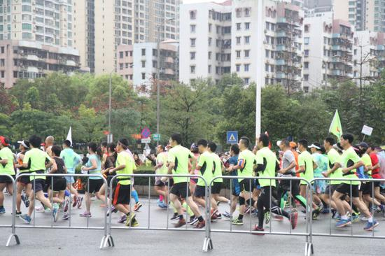 2万余名参赛员开跑