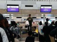 台湾男子香港登机被拒 跳上柜台抗议:歧视台湾人