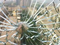 广州某小区交房两年多 业主家爆了百多块钢化玻璃