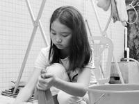 11岁被弃女孩婉拒亲爹娘 独自一人照顾瘫痪养父