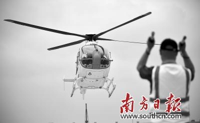 直升飞机在海口新海港码头降落.新华社发