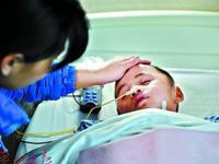 男童摔倒太阳穴着地昏迷 每月数万治疗费父母不放弃