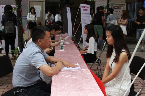 招聘单位与广大毕业生和求职者进行了深入交流
