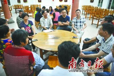 """紫南村党员、村民代表直联队接访群众,实行""""一对一""""联系群众机制,就地解决村居实际问题。"""
