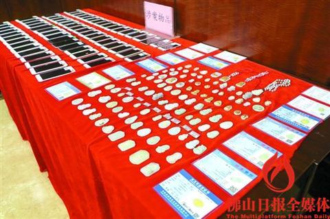 警方展示追回的被盗物品。/佛山日报记者卢辉灿摄