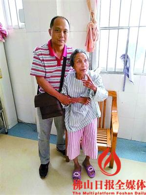在志愿者和佛山市救助站的协力下,张婆婆终于见到了分别近两载的儿子。