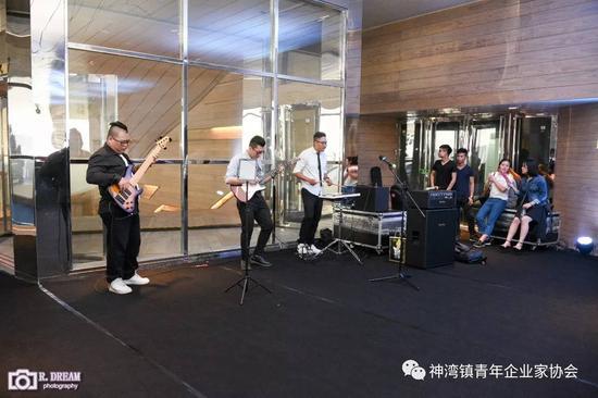 鸡尾酒会现场BAND队表演