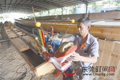 中堂斗朗霍灼兴龙船厂负责人霍沃培正在制作龙舟 东莞时报记者 陈栋 摄