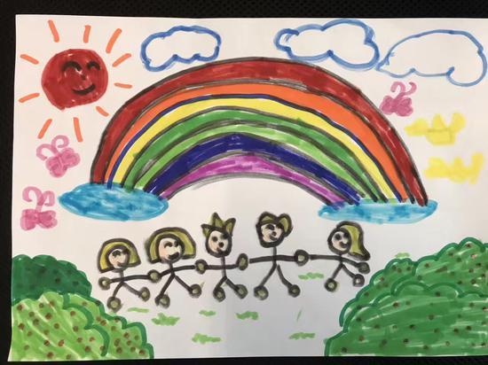 儿童节的五彩祝福   对于广东省肇庆市封开县南丰镇金明小学的孩子们来说,今年的六一儿童节与往年大不一样。因为今年,他们收到了一份特殊的礼物。   金色的太阳,七色的彩虹桥,绿油油的大树,还有五彩的房子。这些被画在纸上的五彩祝福,是广州市小北路小学一年级10班的孩子们送给金明小学孩子们的儿童节礼物。
