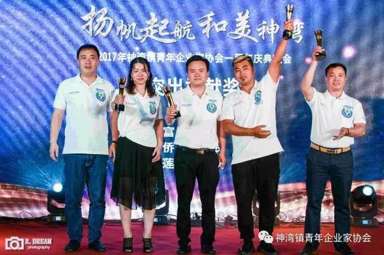 同时,张洪彬会长为(从左到右)伍爱莲、李烽、陈贤富和张瑜侨颁发杰出贡献奖