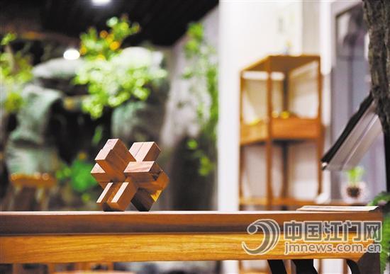 古典家具是传统文化的载体,图为融合了榫卯结构的鲁班锁.