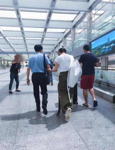 王珞丹男生接受接机机场挽手搂肩浓浓亲情超女生吗嗔怪父亲出轨图片