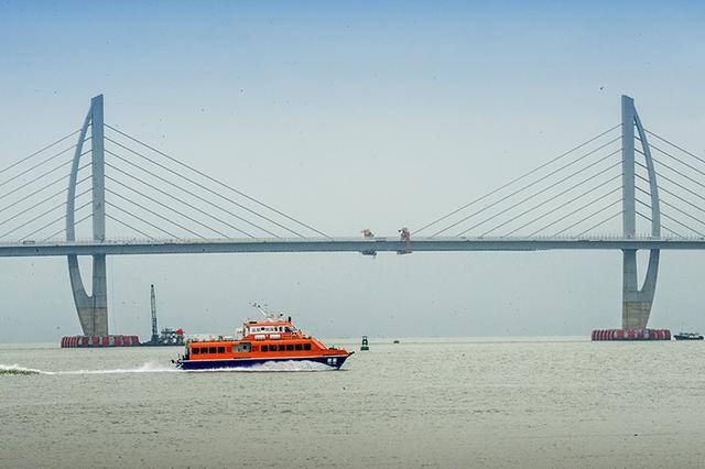 港珠澳大桥主体工程今贯通 150秒穿越伶仃洋