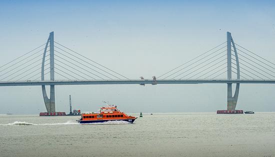 港珠澳大桥之最:世界首创桥-岛-隧方案