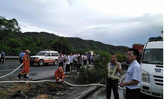 惠州广河高速交通事故发生后 龙门人保理赔员首达现场