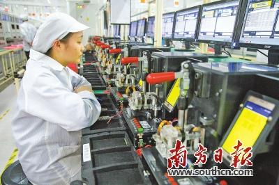 金立自动化生产中心,技术人员正在对手机进行功能测试。