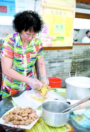 庄姨在磨姜蓉做姜埋奶。