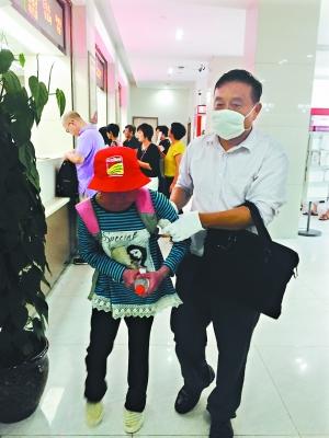 热心志愿者陪同杨选月就医。