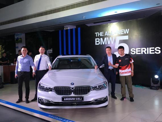 合宝总经理徐建均先生、中国漂移教父施建民先生等嘉宾一同与全新BMW 5系合影