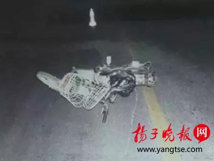 事故现场被撞倒的电动车。焦喧 摄
