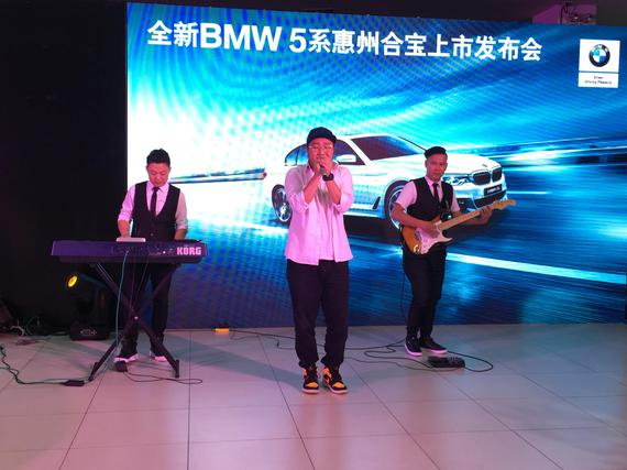 在乐队的优美旋律及歌声下,更能细细品鉴全新BMW 5系的奢华品味