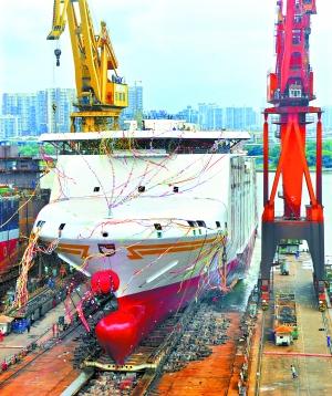昨日中午,广船国际荔湾厂区最后一艘豪华客滚船从2号船台下水。记者廖雪明 摄