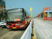 穗7岁女童竟一人在BRT屏蔽门外穿行 司机吓出冷汗