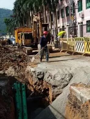 广州一小区煤气管道被挖穿泄露