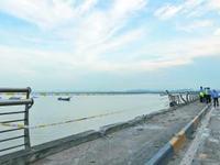 广东珠海货柜车撞断桥栏坠海漂浮 车头不知去向(图)
