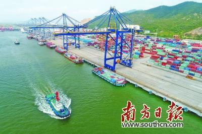 珠海高栏港多式联运全面开花,上半年货物吞吐量同比增长41%。 关铭荣 摄