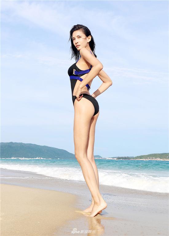 """新浪娱乐讯 近日,张蓝心曝光一组性感泳装大片。片中,张蓝心身着比基尼尽显傲人身材,不仅在海滩上大秀逆天长腿,还在水中上演""""湿身诱惑"""",引发网友热议。"""